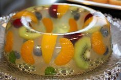Ingredientes:   1 sobre de gelatina neutra   4 cucharadas de miel   Agua   Frutas variadas (kiwi, mandarina, melocotón en álmibar, arándan...