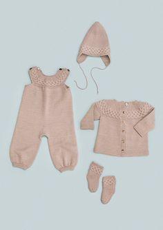 Hentesett med bærestykke strikket på tvers pattern by Trine Lise Høyseth Knitting For Kids, Baby Knitting Patterns, Baby Patterns, Crochet Baby, Knit Crochet, Baby Dungarees, Baby Barn, Knit Fashion, Baby Sweaters