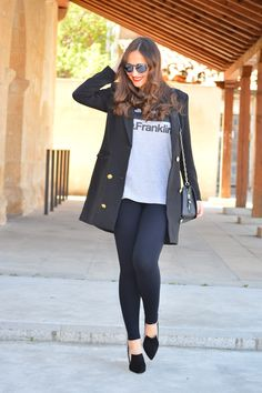 1000 MANERAS DE VESTIR: D.Franklin. Grey graphic t-shit+black leggins+black pumps+black long blazer+black chain shoulder bag+sunglasses. Spring Casual Outfit 2017