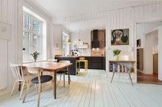 (1) FINN – Enerhaugen - Meget pen og stor 3-roms med stukkatur, rosett, vedovn og åpen kjøkkenløsning.