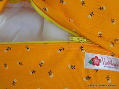 Almofada em tecido de algodão estampado com aplique divertido de gatinho escondido. Ideal para presentear! !  Obs.: indisponível nesta estampa