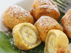 Banana fritters are a type of dessert made by coating or incorporating bananas in a sweet batter, then frying them in oil. Most banana fritters are bite-sized, and can be made either with whole banana Banana Frita, Banana Fritters, Banana Dessert Recipes, Delicious Desserts, Yummy Food, Fried Bananas, Banana Bites, Baked Banana, I Love Food