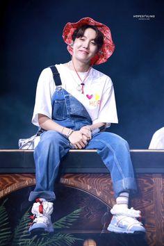 Hoseok at Muster in Busan Jung Hoseok, Kim Namjoon, Jimin, Bts Bangtan Boy, Foto Bts, Bts Photo, Taehyung, Seungri, Mixtape