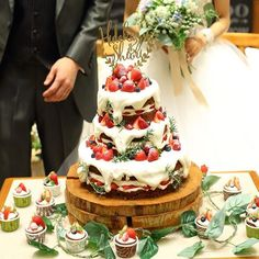 カメラマンさんデータ📷💕 * * 私達のウエディングケーキ🎂❤ 3段、チョコスポンジ、クリームたっぷり← こだわりがつまったケーキなので愛着が...😳💕 会場の雰囲気や高砂の雰囲気にもぴったりでした🌿✨ * * 思いつきで添えてもらったグリーンも カップケーキがあったからシンプルだけど かわいくなっていて大満足❤← * * めちゃくちゃこだわった お気に入りのケーキやから 写真撮ってもらえて良かった☺️❤ * * #ちーむ1112#卒花嫁#marry花嫁 #juno4u#farnyレポ #ウエディングケーキ#ネイキッドケーキ#お気に入り #funtimewedding#ウェディングニュース