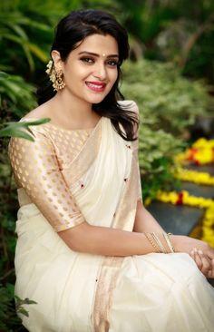 Beautiful Girl Indian, Beautiful Girl Image, Beautiful Saree, Beautiful Indian Actress, Beautiful Women, Latest Traditional Dresses, Kerala Saree Blouse Designs, Saree Poses, Saree Photoshoot