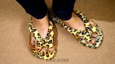 Sewing Slippers, Ribbon Flip Flops, Shoe Makeover, Decorating Flip Flops, Shoe Refashion, Diy Clothes And Shoes, Fashion Slippers, Shoe Crafts, Denim Crafts