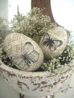 Shabby Chic Easter Eggs, decoupage easter eggs with thin pages of books… Hoppy Easter, Easter Eggs, Decoupage, Arts And Crafts, Diy Crafts, Egg Art, Egg Decorating, Vintage Easter, Spring Crafts