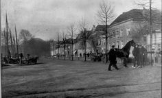 Diezerkade, 1905. Gezien ter hoogte van de Brink naar het Westen. De kade is in 1885 verbreed in verband met de paardenmarkt. Op de voorgrond de rails van de DSM. Rechts de huizen langs de Diezerkade met de stenen waterkering.