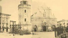La più antica fotografia di Messina scattata in Piazza Duomo dal reverendo Gallese Richard Calvert Jones nell'aprile del 1846. L'inferriata che si intravede sulla destra recintava la statua equestre di Carlo II di Asburgo che sarà distrutta durante i moti rivoluzionari da li a due anni.