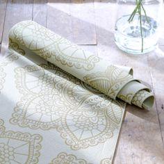Groene yogamat met lotus in het goud