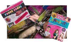 Complete Loomset bestaande uit:  Magic Loom startbox, met drie delige basisplaat, twaalf haakjes en een haaknaald en 300 elasticjes. 10 zakjes loombandjes, een willekeurige verrassings greep uit onze kleurige collectie. Het inspirerende boek Loom Band-it deel 2 van Colleen Dorsey.