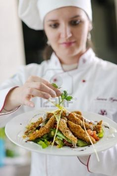 Resultados de la Búsqueda de imágenes de Google de http://us.123rf.com/400wm/400/400/dotshock/dotshock1204/dotshock120400463/13276502-hermosa-joven-chef-prepare-la-mujer-y-la-comida-sabrosa-decoracion-en-la-cocina.jpg