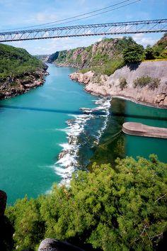 Paulo Afonso, BA. Brasil - Um lindo lugar para se contemplar a natureza  e aproveitar o Rio São Francisco. Nessa região montanhosa pratica-se rapel.