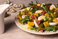 IMPERIUM KABANOSA. Sałatka z kabanosami, ogórkami konserwowymi, kukurydzą, jajeczkami przepiórczymi, sałatą lodową i rukolą.