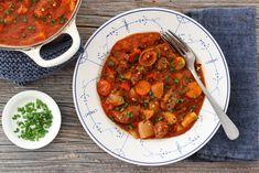 ONE POT KJØTTGRYTE MED TOMAT OG ROTGRØNNSAKER One Pot, Chana Masala, Stew, Ethnic Recipes, Food, Essen, Meals, Yemek, Eten