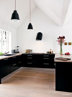 Black cabinets in the kitchen. Floating lower cabinets and no upper cabinets. Kitchen Dinning, New Kitchen, Kitchen Decor, Kitchen Furniture, Kitchen Ideas, Awesome Kitchen, Kitchen Layout, Küchen Design, Deco Design