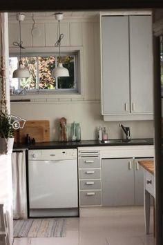 Kaunis puinen 50-luvun keittiö Kitchen Dining, Kitchen Cabinets, Dining Room, Old Houses, Bohemian Summer, Retro, House Styles, Interior, Holiday