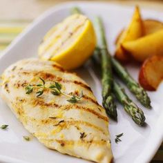 Grilled Lemon Chicken (Healthy Chicken Recipe)-Instead of using oil to prepare the chicken, Dr. Richard Collins, the Cooking Cardiologist, uses an oil-free marinade. This cuts down on the fat while keeping the chicken moist and juicy. Heart Healthy Chicken Recipes, Healthy Grilling Recipes, Diet Recipes, Cooking Recipes, Recipe Chicken, Diabetic Recipes, Easy Recipes, Grilled Lemon Chicken, Marinated Chicken