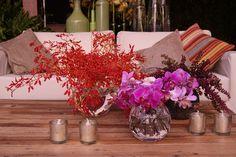 Flores, velas e almofadas. Flores e decoração: Bothanica Paulista Centerpieces, Table Decorations, Backyard Pergola, Event Management, Flower Arrangements, Reception, Plants, Inspiration, Lounges