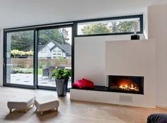 cheminée design élégant pour le salon avec une peinture murale blanche