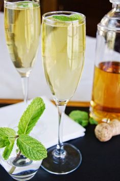 Sparkling Mint Juleps ~ bubbly puts a little sparkle in this classic Southern cocktail!   www.thekitchenismyplayground