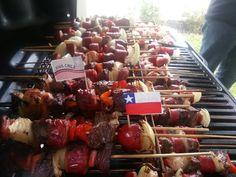 Felices fiestas patrias Chile! Hoy vamos por más parrilla! Tiki Tiki, Sausage, Novels, Party Ideas, Heart, Places, Food, Folklore, Gastronomia