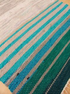 rug with nice color gradation Weaving Textiles, Weaving Art, Loom Weaving, Hand Weaving, Loom Knitting Patterns, Knitting Stitches, Stitch Patterns, Knitting Tutorials, Free Knitting