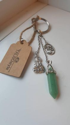 Porte-clés en pierre fine aventurine verte avec breloques  ohm Spiritual Connection, Stress And Anxiety, How To Relieve Stress, Personalized Items, Handmade, Stone, Hands