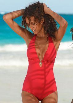 Du hast genug von Bikinis? Dieser tolle Badeanzug überrascht mit raffinierten Cut Outs und silberfarbenen Accessoires.