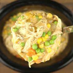 Create a delicious mouth-watering Slow Cooker Chicken Pot Pie! This recipe is ridiculously easy, jam-packed with flavor, and one of my families favorite dishes! Crock Pot Soup, Crockpot Dishes, Low Fat Crockpot Recipes, Crockpot Chicken Meals, Crock Pot Chicken, Slow Cooker Recipes Family, Slow Cooked Chicken, Easy Chicken Pot Pie, Slow Cooker Huhn