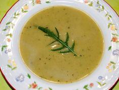 Für die Zucchinicremesuppe die Zwiebel fein hacken und in 2 EL Butter anschwitzen. Die Zucchini schälen, würfeln und mitrösten. Würzen und mit