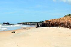 """Uma linda praia que fica no extremo sul da Bahia, divisa com Espírito Santo, é Costa Dourada, na cidade deMucuri. A praia leva esse nome por conta dos vastos paredões (falésias) que estão presentes em toda sua extensão e a cor do mar que reflete a da areia, dando uma tonalidade marrom clara, que dá...<br /><a class=""""more-link"""" href=""""https://catracalivre.com.br/geral/viagem-acessivel/indicacao/falesias-e-um-lindo-mar-no-extremo-sul-da-bahia/"""">Continue lendo »</a>"""