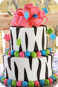 I like the zebra print fondont on this cake