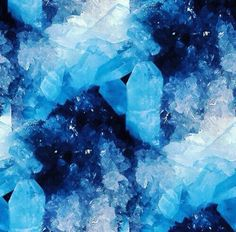 Shades of blue - crystals Blue Crystals, Crystals And Gemstones, Stones And Crystals, Glow Stones, Anders Dragon Age, Snk Annie, Color Splash, Foto Poster, Everything Is Blue