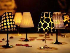 Quer criar um clima romântico para um jantar especial? Aqui temos uma ideia super interessante: um abajur feito com taça e vela. Fica lindo!