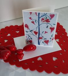 """Format de la carte : 4"""" x 6"""" (10,16 x 15,24 cm), sur carton de type Cool white avec enveloppe blanche.  L'image représente une photo d'une toile réalisée par l'artiste Lucy Patoine. Inscrivez votre propre message. Pour vous inspirer, nous vous invitons à télécharger des textes sur le thème de l'amour pour la St-Valentin. Vous retrouvez """"Les carnets de Madame Paraci"""" sur notre boutique en ligne www.conceptionidecrea dans la section """"St-Valentin"""" Inspirer, Madame, Gift Wrapping, Boutique, Gifts, Etsy, Pretty Cards, Packaging, Notebooks"""