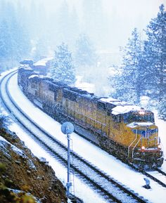 Train in winter Union Pacific Train, Union Pacific Railroad, By Train, Train Tracks, Bonde, Old Trains, Train Pictures, Train Engines, Diesel Locomotive