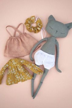 Fabrics and wool for toys, dolls, etc. Informations About Stoffe und Wolle für Spielzeug, Tildpuppen usw. Fabric Toys, Fabric Crafts, Doll Crafts, Sewing Crafts, Sewing Projects, Sewing Tips, Crochet Projects, Doll Patterns, Clothing Patterns