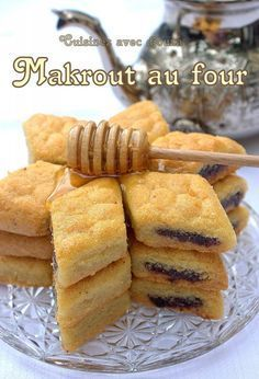 Makrout au four recette facile. A North African Treat: Semolina Cakes (Makrout) with Dates and Honey - Comfort Food Recipes Pastry Recipes, Cookie Recipes, Dessert Recipes, Moroccan Desserts, Yummy Drinks, Yummy Food, Tunisian Food, Algerian Recipes, Jewish Recipes