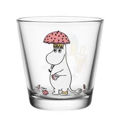 The cute Snorkmaiden in the sun glass from Iiittala has a charming motif of Snorkmaiden at the beach, protecting herself from the sun with an umbrella. Match Snorkmaiden with other glasses with Tove Jansson's beloved characters from the Moomin Valley. Perfect for juice on a hot day!
