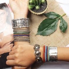 Bracelete e pulseira metal e strass cores