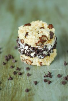 This Rice Krispies Cookie Dough Ice Cream Sandwich is the perfect summer treat to make with your kids. It's quick and easy and can be made with any flavor of the creamy ice cream filling. Dessert Dips, Best Dessert Recipes, Desert Recipes, Fun Desserts, Sweet Recipes, Real Food Recipes, Delicious Desserts, Rice Krispie Treats, Rice Krispies