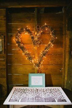 granero rústico altera telón de fondo de la boda con las ramas de sauce