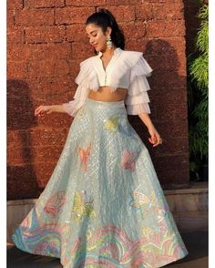 Ready to rock the wedding season with the mesmerizing and stylish blouse designs? Not only the bride every girl wants to look at their ethnic best at weddings. Party Wear Indian Dresses, Designer Party Wear Dresses, Indian Bridal Outfits, Indian Gowns Dresses, Indian Fashion Dresses, Dress Indian Style, Indian Designer Outfits, Gown Party Wear, Girls Designer Dresses