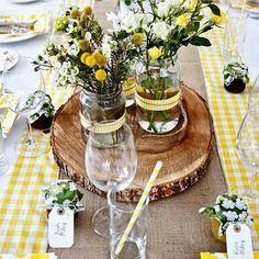 """""""Lindo centro de mesa que você mesma pode fazer (claro, com uma ajudinha do seu noivo )! Essa ideia eu encontrei no @beachmarriage """""""