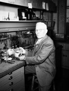 Mr. Bouatier trabalhando no metrô, em 1954, em  Seatle, estado de Washington, USA.