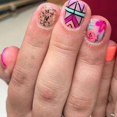 Freestyle for Niki! Team work makes the dream work 🙌🏻 • • • #boise #boisenails #nails #nailart #freehandnailart #naildesign #gelpolish #gelmani #gelnails #nailsofinstagram #nailsofig #nailsmagazine #nailsoftheday #nailswag #nails2inspire #springnails #summernails #ikatnails #floralnails #geometricnails