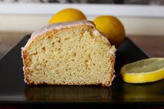 Ce cake au citron, c'est la bonne surprise de la semaine ! Avant d'essayer, je ne pensais vraiment pas qu'un cake sans oeufs pouvait avoir cette consistance et ce moelleux… …