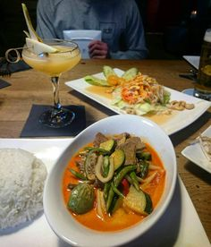 Bij Kevin Bacon kan je tegenwoordig terecht voor een goede Thaise maaltijd voorzien van delicious cocktails on the side. Check bijvoorbeeld deze Kaeng Phed (Red Curry) met een cocktail van Monkey Shoulder & Pear Ginger Shrub om de hitte mee af te blussen. Delicious!  #Thai #RedCurry #Cocktails #Monkeyshoulder #KevinBaconBar #hotelnothotel #Amsterdam #CityguysNL