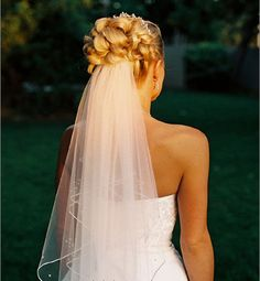 Pretty.. I don't want a large veil or one that goes over my face. This one is perfect!